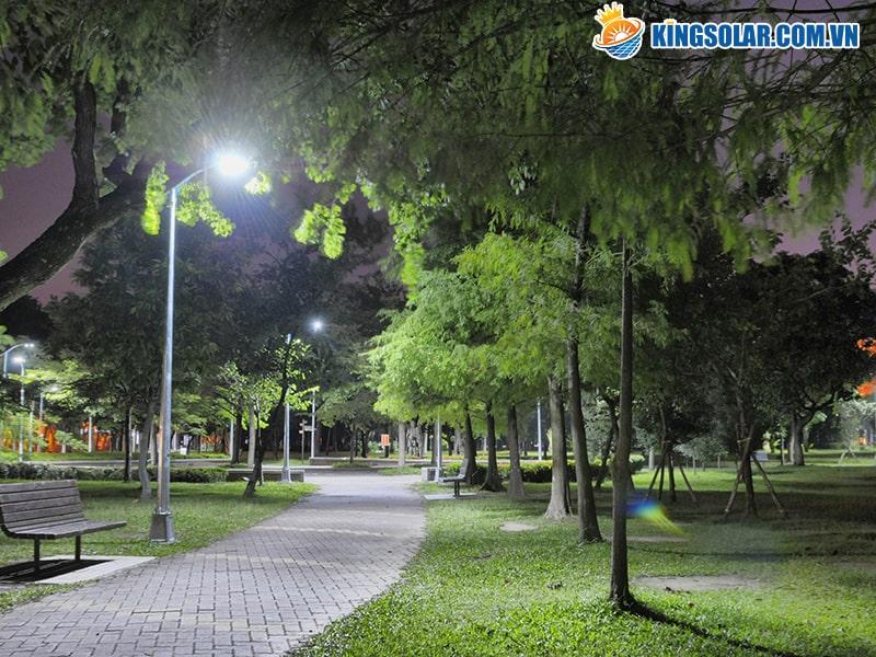 Chiếu sáng công viên bằng đèn năng lượng mặt trời giúp tiết kiệm chi phí