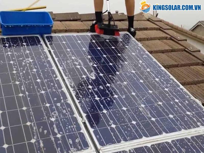 Lau sạch tấm Pin năng lượng mặt trời khi bị bụi bẩn