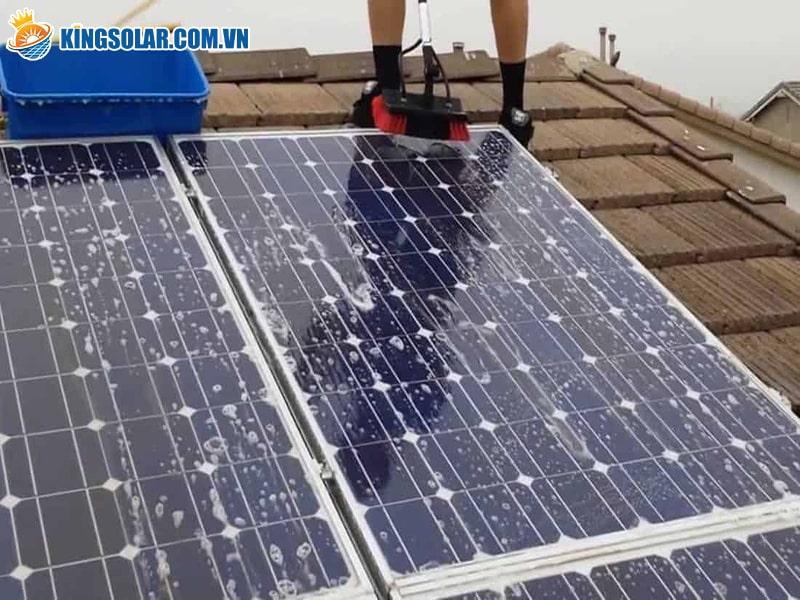 Vệ sinh tấm pin đèn năng lượng mặt trời
