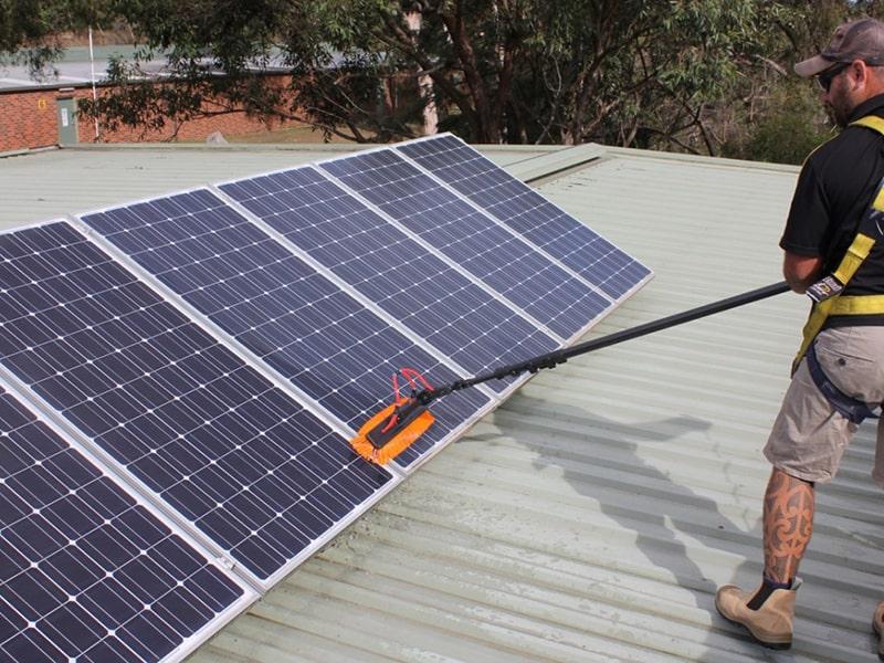 cách vệ sinh tấm pin năng lượng mặt trời