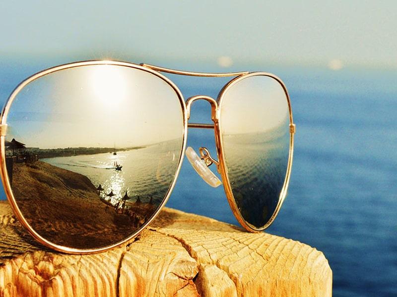 đeo kính bảo vệ mắt khi ngoài trời