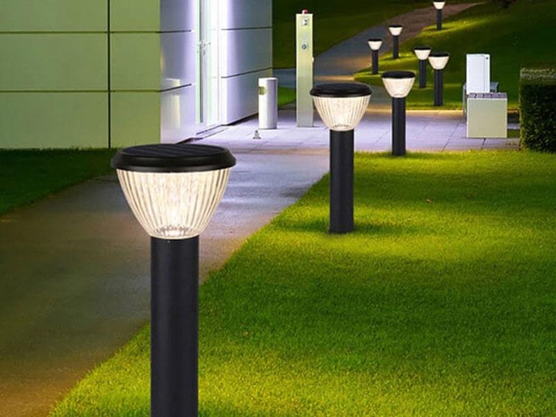 lắp đèn ở nối đi trong sân vườn