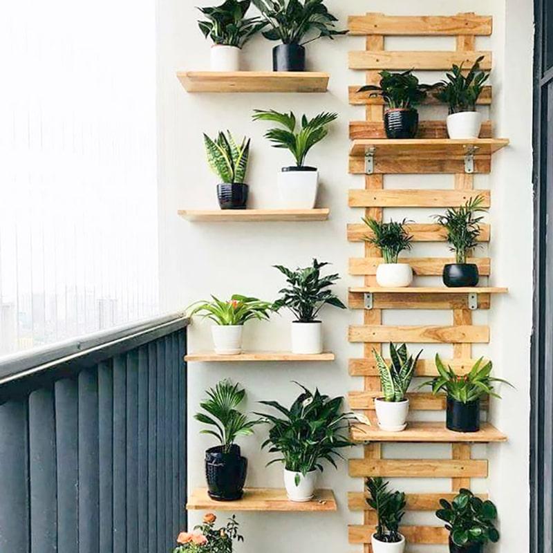trang trí ban công bằng kệ gỗ nhiều tầng