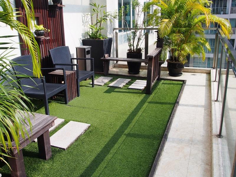 trang trí ban công với gạch lát thảm cỏ nhân tạo
