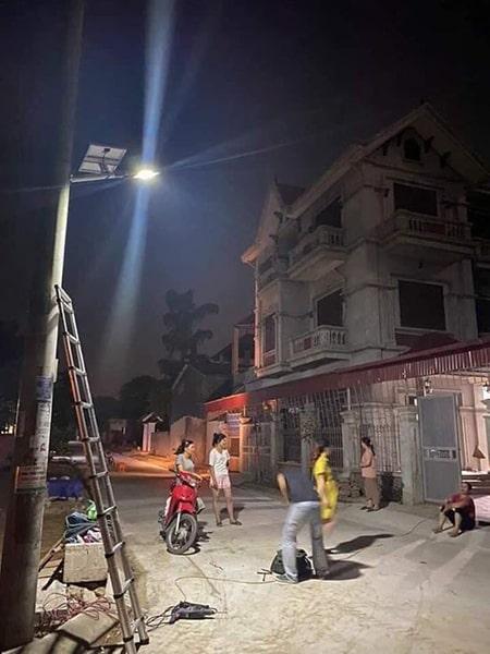 Đèn 300W solar light chiếu sáng đường làng