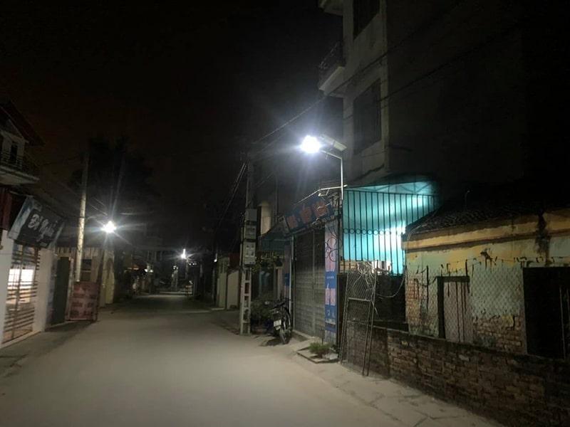 bóng đèn năng lượng mặt trời chiếu sáng đường làng ngõ xóm
