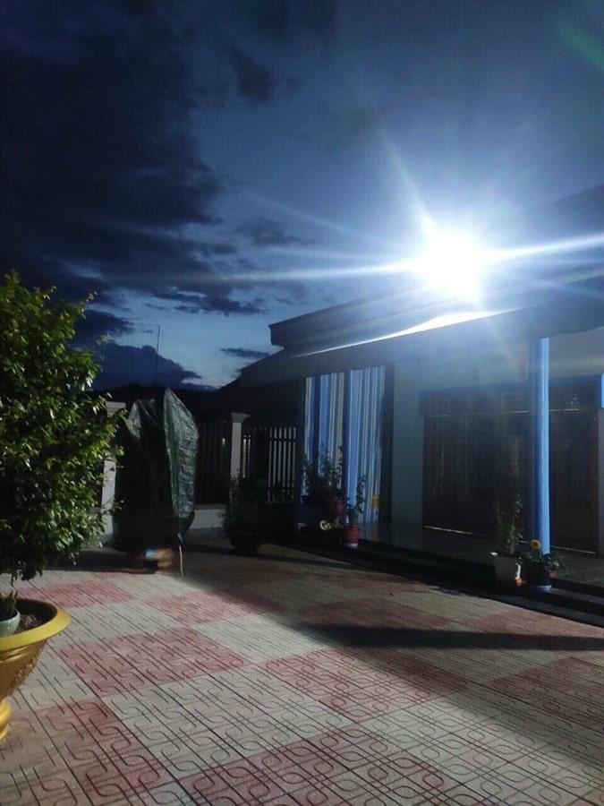 chiếu sáng sân vườn đèn năng lượng mặt trời 100w ip67