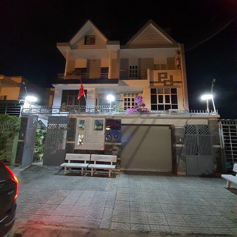 đèn năng lượng chiếu sáng sân cổng