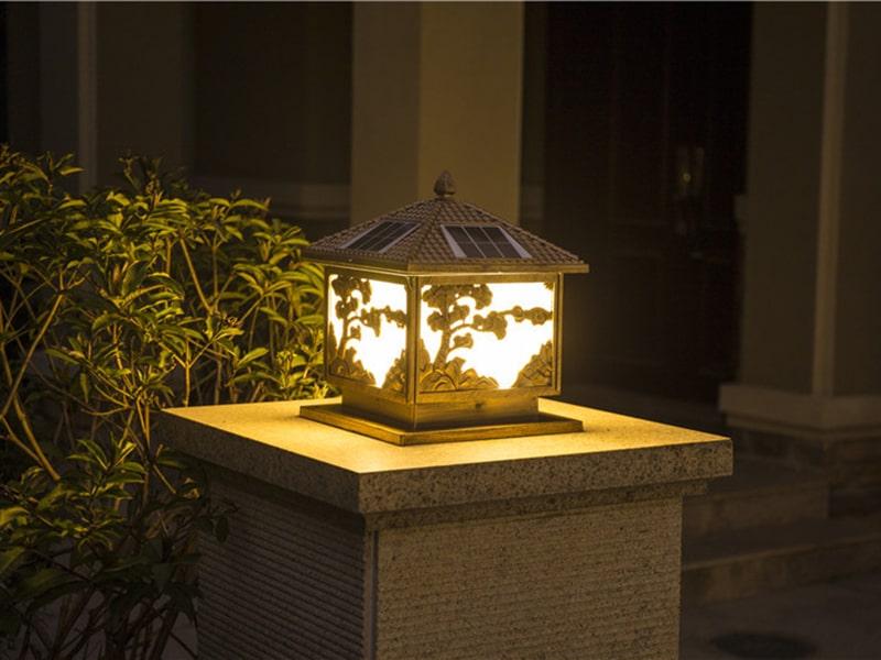 đèn năng lượng gắn trụ cổng sử dụng an toàn tiện lợi