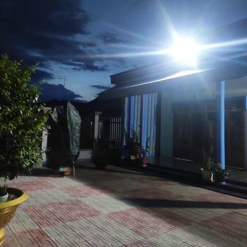 đèn năng lượng mặt trời chiếu sáng sân vườn