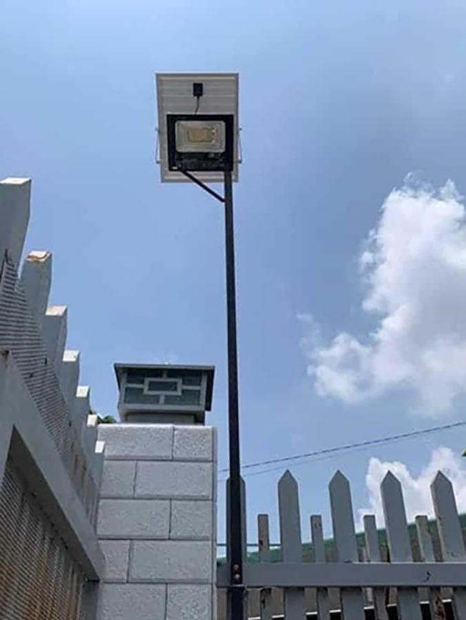 đèn solar light 100w chiếu sáng trước cổng