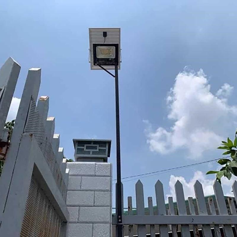 lắp đặt đèn pha năng lượng chiếu sáng cổng ngõ