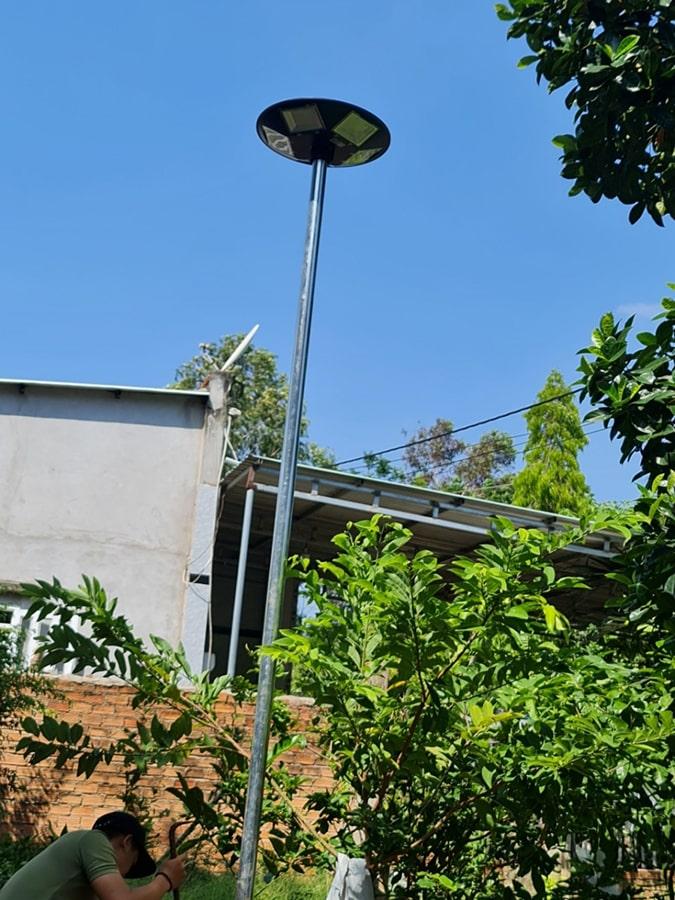 đèn năng lượng chiếu sáng sân vườn UFO