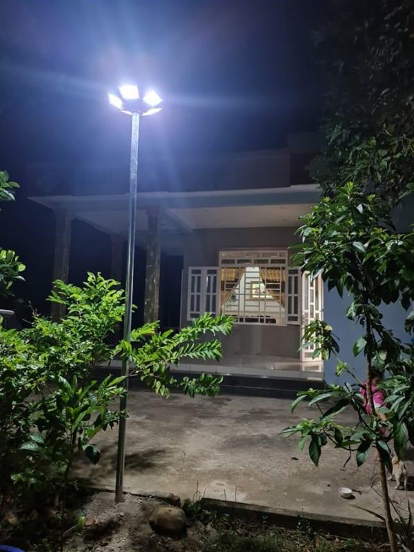 đèn năng lượng mặt trời UFO chiếu sáng sân vườn 1